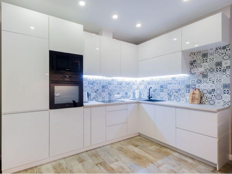 Белая кухня из акрила Ostin 17 по индивидуальному заказу
