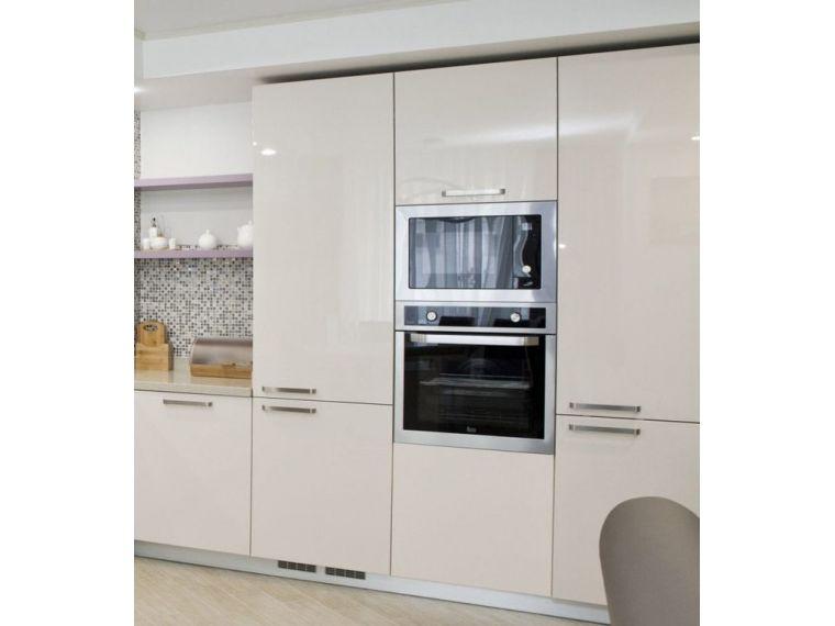 Белый акриловый фасад кухни со встроенной техникой