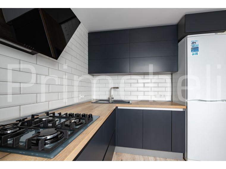 Вид с варочной панелью и холодильником