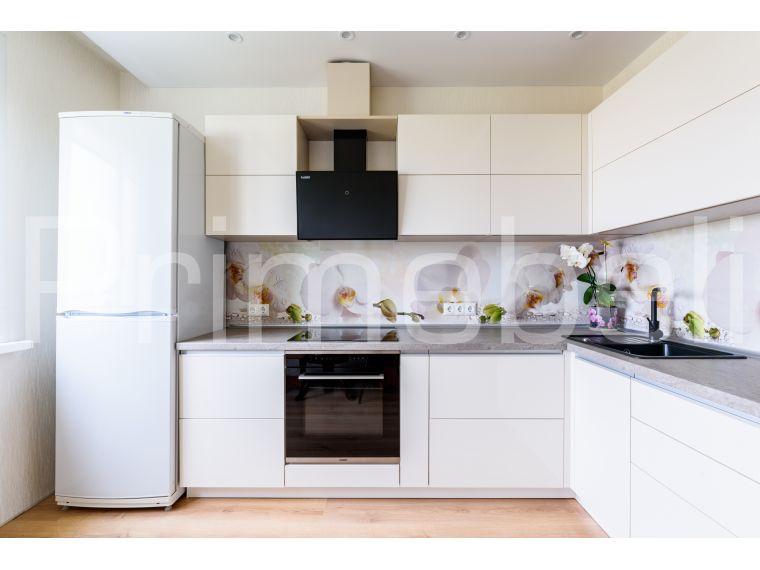 Кухня Lora 28 - фото с холодильником и плитой